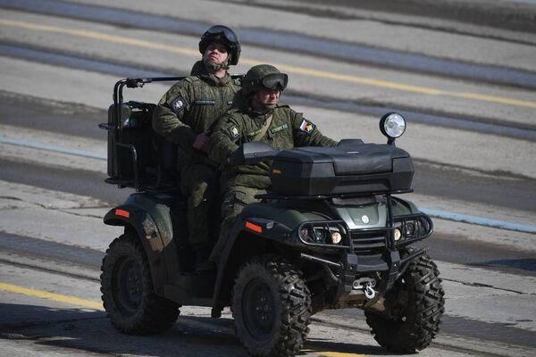 Военнослужащие  на армейском мотовездеходе РМ 500-2 во время репетиции Парада Победы на военном полигоне Алабино в Московской области