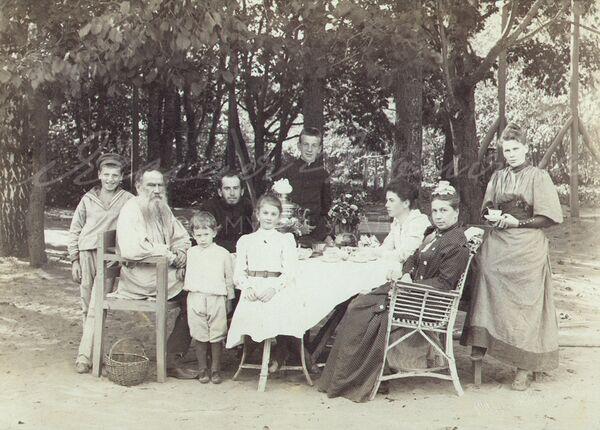 Лев Николаевич в кругу семьи