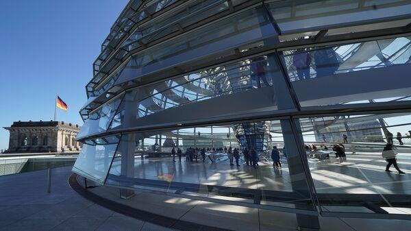 Современный стеклянный купол реконструированного здания Рейхстага в Берлине