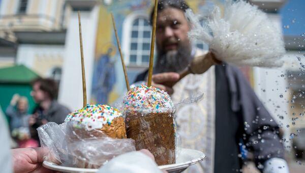 Верующие освящают пасхальные куличи и яйца в Великую субботу в Свято-Троицком соборе в Симферополе
