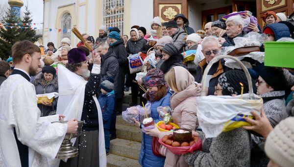 Освящение пасхальных куличей и яиц во время Великой субботы в Вознесенском кафедральном соборе в Новосибирске