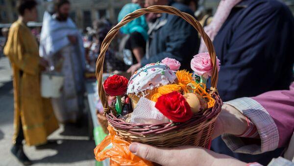 Верующие освящают пасхальные куличи и яйца в Великую субботу в храме Святых апостолов Петра и Павла в Симферополе