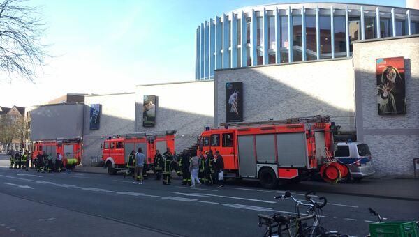Пожарные рядом с местом, где автомобиль въехал в толпу людей в Мюнстере, Германия. 7 апреля 2018
