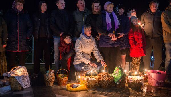 Прихожане во время пасхальной службы в храме-маяке Святого Николая Чудотворца в селе Малореченском
