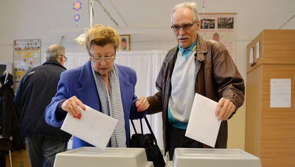 Люди голосуют на одном из избирательных участков в Будапеште во время парламентских выборов в Венгрии. 8 апреля 2018