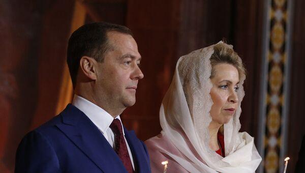 Премьер-министр РФ Д. Медведев с супругой на пасхальном богослужении