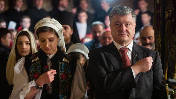 Президент Украины Петр Порошенко с супругой Мариной Порошенко и детьми во время праздничного богослужения в Киеве. 8 апреля 2018