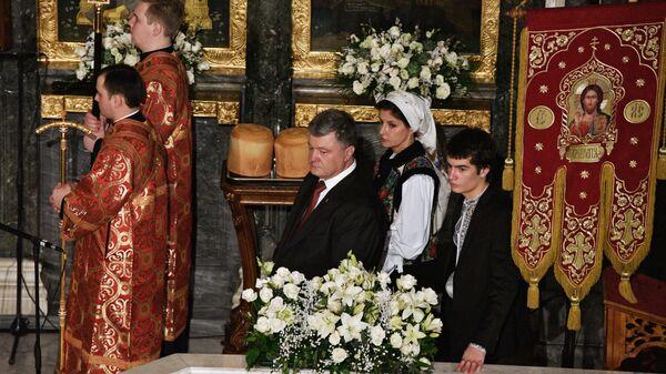 Президент Украины Петр Порошенко с супругой Мариной и сыном Михаилом во время празднования пасхи в Киево-Печерской лавре