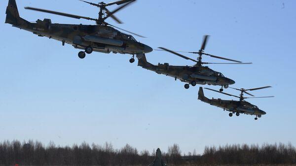 Ударные вертолеты Ка-52 Аллигатор над аэродромом Кубинка во время репетиции воздушной части парада Победы