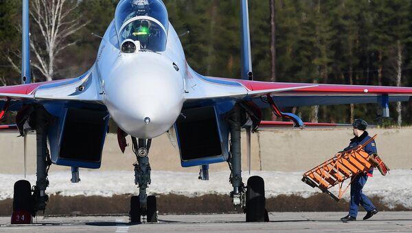 Многоцелевой истребитель Су-30СМ пилотажной группы Русские Витязи на аэродроме Кубинка перед началом репетиции воздушной части парада Победы