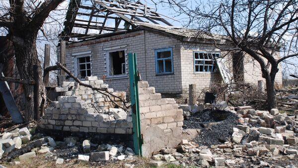Разрушенный дом в Луганской области. Архивное фото
