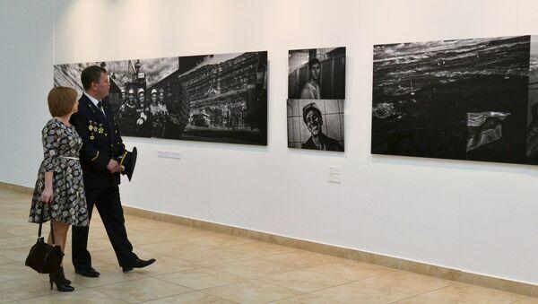 Посетители на открытии фотовыставки Люди угля в Республиканском музейно-культурном центре в Абакане