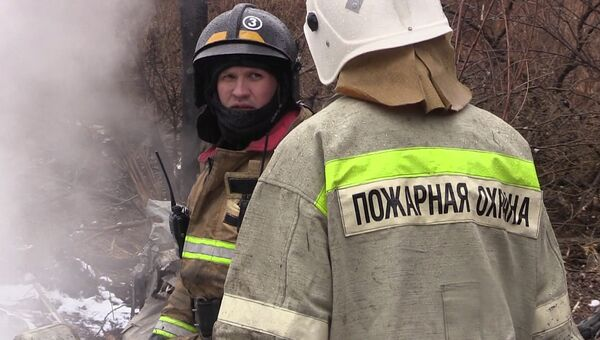 Сотрудники МЧС РФ работают на месте крушения вертолёта Ми-8. 11 апреля 2018