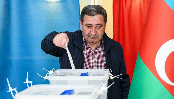Мужчина голосует на выборах президента Азербайджана на избирательном участке в Бак