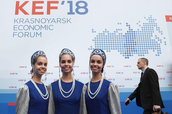 Девушки в национальных костюмах на Красноярском экономическом форуме
