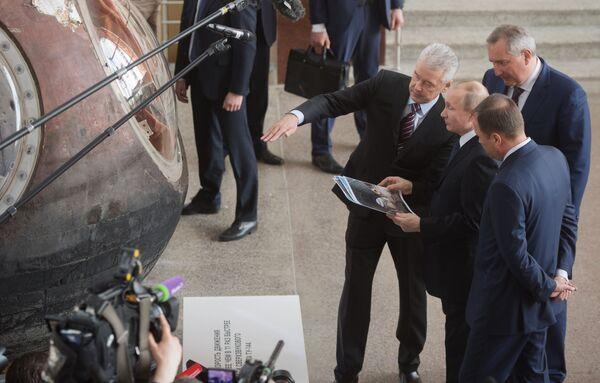Президент РФ Владимир Путин у спускаемого аппарата космического корабля Восток-1 во время посещения центра Космонавтика и авиация. 12 апреля 2018