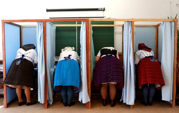 Женщины на избирательном участке в Вересегихазе, Венгрия
