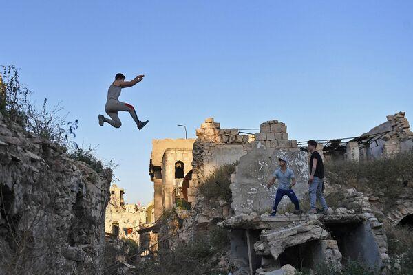 Сирийская молодежь занимается паркуром в Алеппо