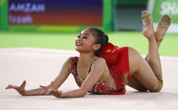 Изах Амзам из Малайзии выполняет упражнения с мячом во время квалификационных соревнований по художественной гимнастике на Играх Содружества 2018 в Голд-Косте, Австралия