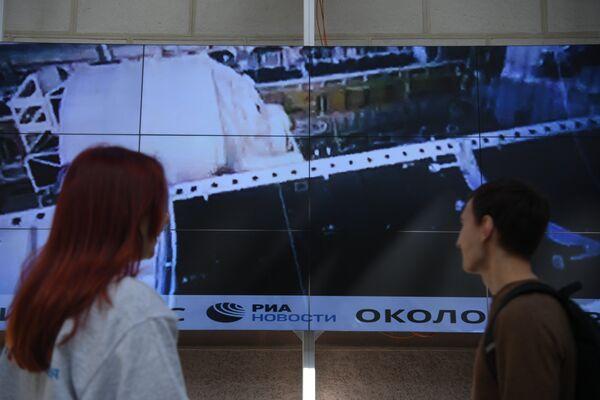 Информационная лента РИА Новости в пространстве Центра КиА, транслирующая  новости о мировой космонавтике в режиме реального времени