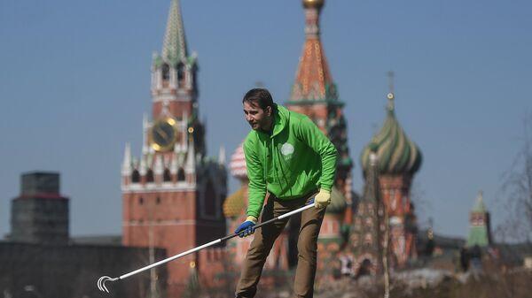 Участники городского субботника в парке Зарядье в Москве. 14 апреля 2018