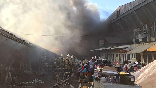 Сотрудники МЧС на месте пожара в одном из павильонов центрального рынка Нальчика. 16 апреля 2018