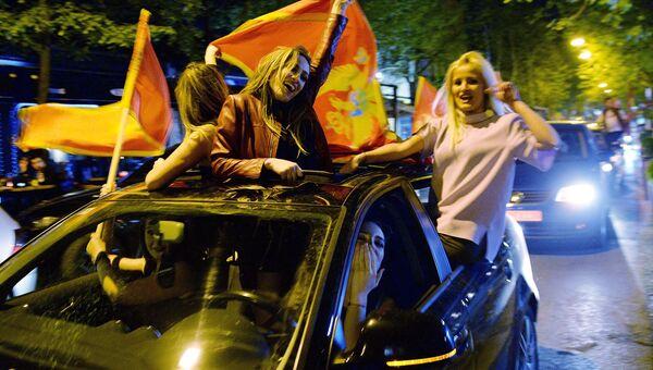 Люди радуются победе лидера Демократической партии социалистов Черногории Мило Джукановича в первом туре президентских выборов. 15 апреля 2018
