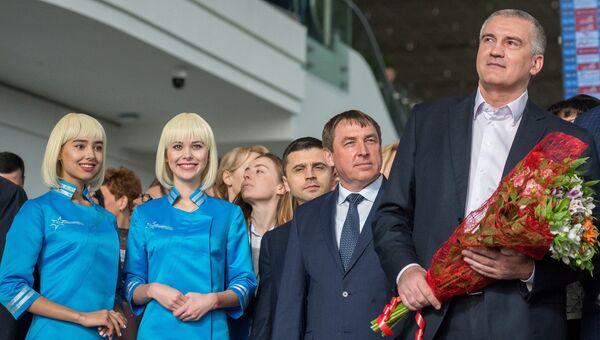 Глава Республики Крым Сергей Аксенов во время встречи первого пассажира нового терминала Крымская волна международного аэропорта Симферополь. 16 апреля 2018