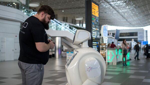 Пассажир задает вопрос о новом терминале Крымская волна международного аэропорта Симферополь роботу Симфи