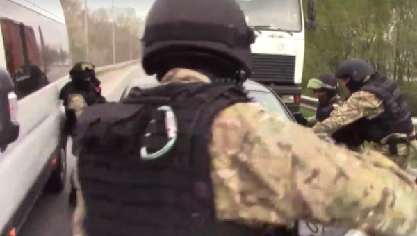Сотрудники ФСБ во время спецоперации по задержанию сторонников террористической группировки Исламское государство* в Ростовской области. Кадр из видео