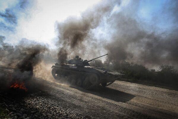 БМП 2 преодолевает препятствие на армейском конкурсе Десантный взвод в Краснодарском крае