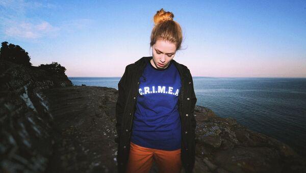 Девушка в одежде с авторским принтом крымского бренда уличной одежды Hook
