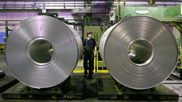Алюминиевая лента в прокатном цехе завода Русал. Архивное фото