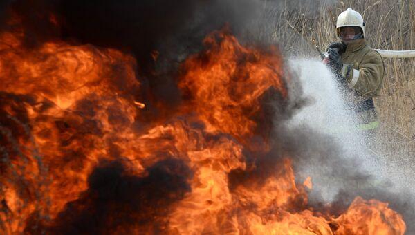 Сотрудник пожарного расчета МЧС. Архивное фото