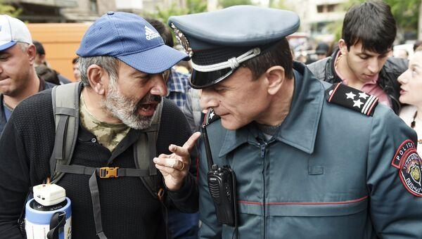 Руководитель оппозиционной парламентской фракции Елк Никол Пашинян во время акции протеста в Ереване. 20 апреля 2018