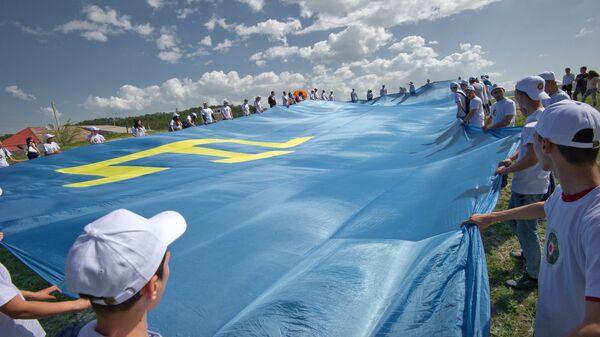 Флаг крымских татар во время празднования праздника Хыдырлез