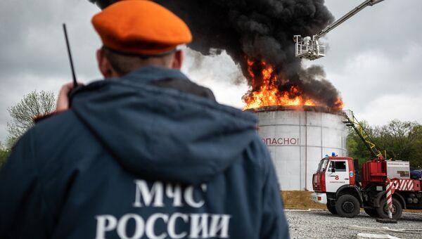 Сотрудники МЧС РФ во время учений по ликвидации пожара. Архивное фото