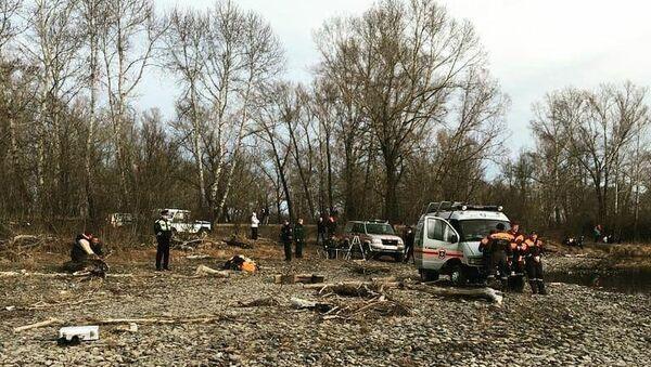 Специалисты МЧС на месте крушения легкомоторного самолета вблизи поселка Кайбалы в Хакасии. 21 апреля 2018