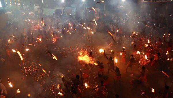Индусы устроили перестрелку горящими факелами на огненной битве в Кейтиле