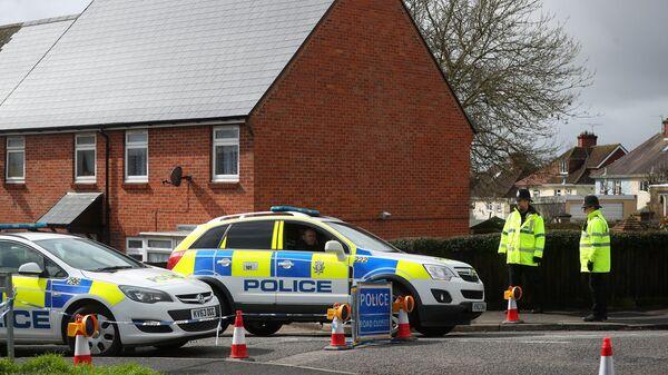 Сотрудники полиции возле дома бывшего офицера российской военной разведки Сергея Скрипаля в Солсбери, Великобритания