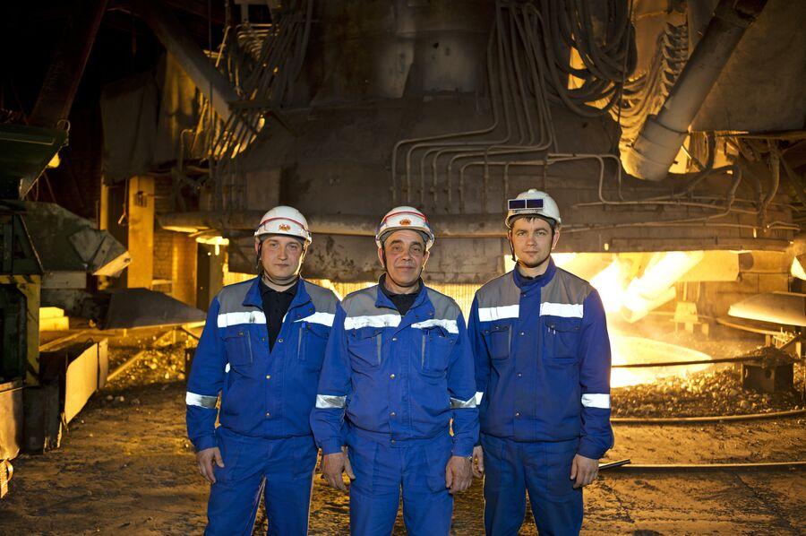 Александр Сергеевич Третьяков с сыновьями Сергеем и Евгением в одном из цехов Новолипецкого металлургического комбината