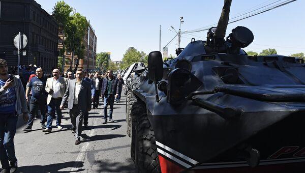 Сторонники оппозиции на улице в Ереване. 25 апреля 2018