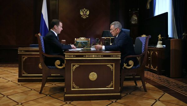 Председатель правительства РФ РФ Дмитрий Медведев и президент Республики Татарстан Рустам Минниханов во время встречи. 25 апреля 2018