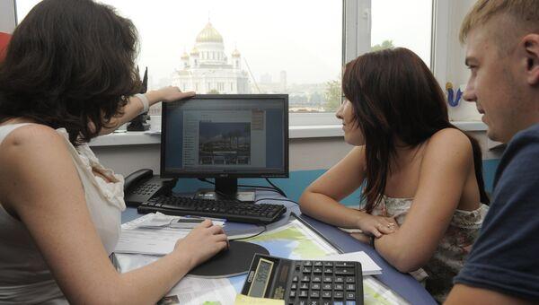Посетители выбирают тур в туристическом агентстве Cheaptrip.
