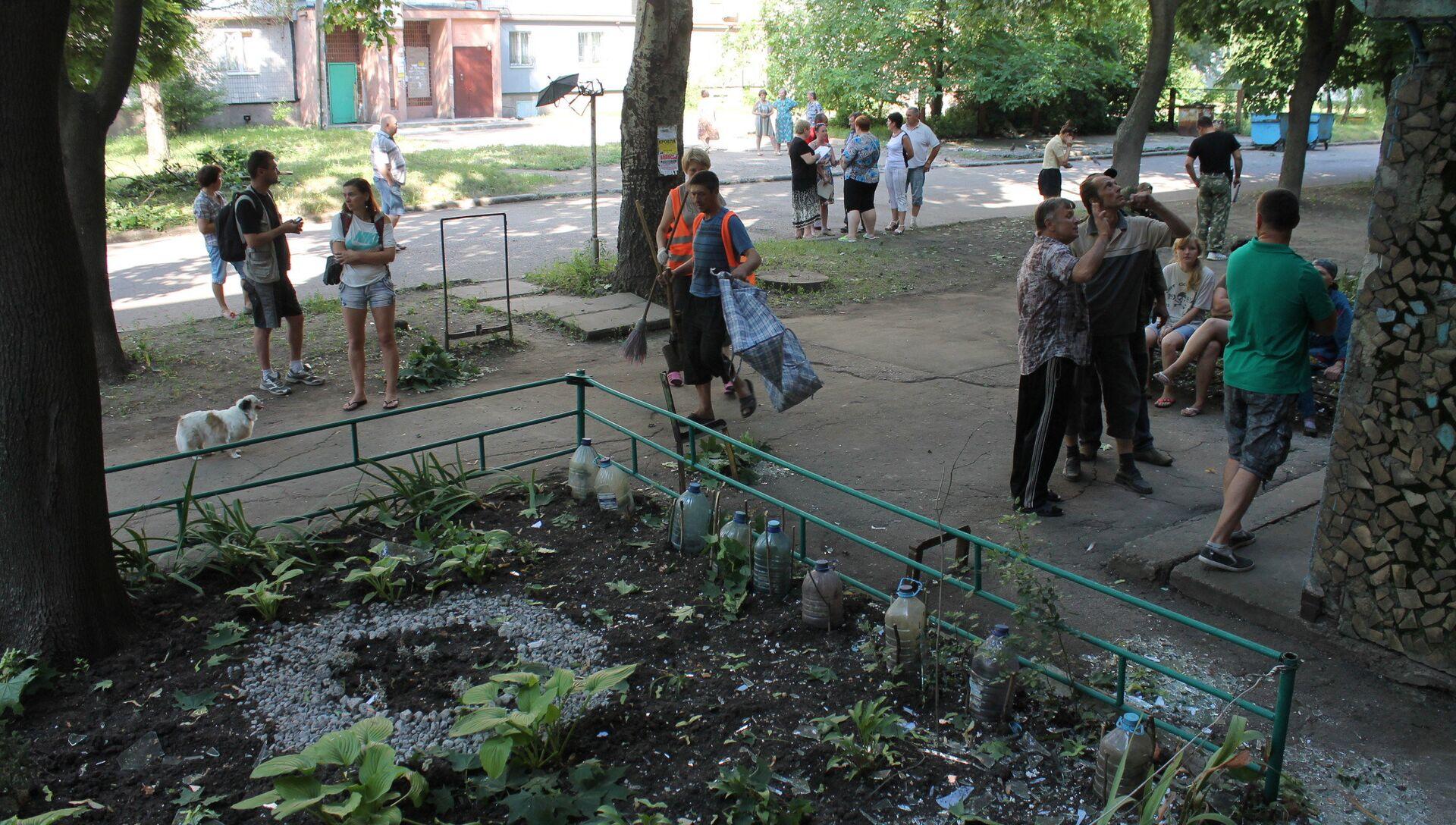 Местные жители во дворе жилого дома - РИА Новости, 1920, 26.04.2018