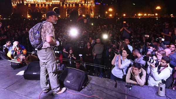 Никол Пашинян выступает во время митинга сторонников оппозиции на площади Республики в Ереване