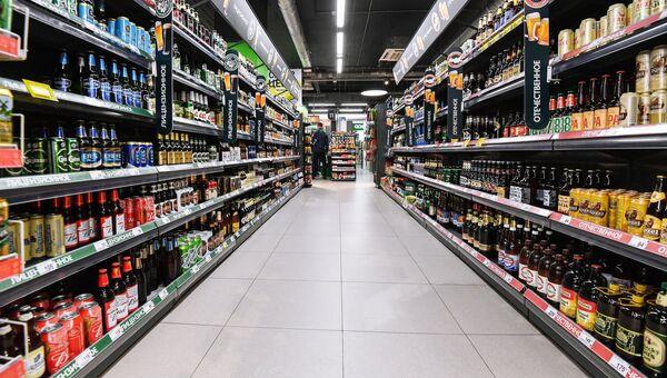 Алкогольный отдел супермаркета. Архивное фото