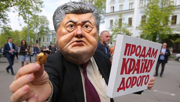 Участники протестной акции против действующего президента Украины Петра Порошенко у здания Администрации президента в Киеве