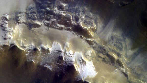 Цветная фотография кратера Королева, полученная камерой зонда ЭкзоМарс-TGO. Архивное фото