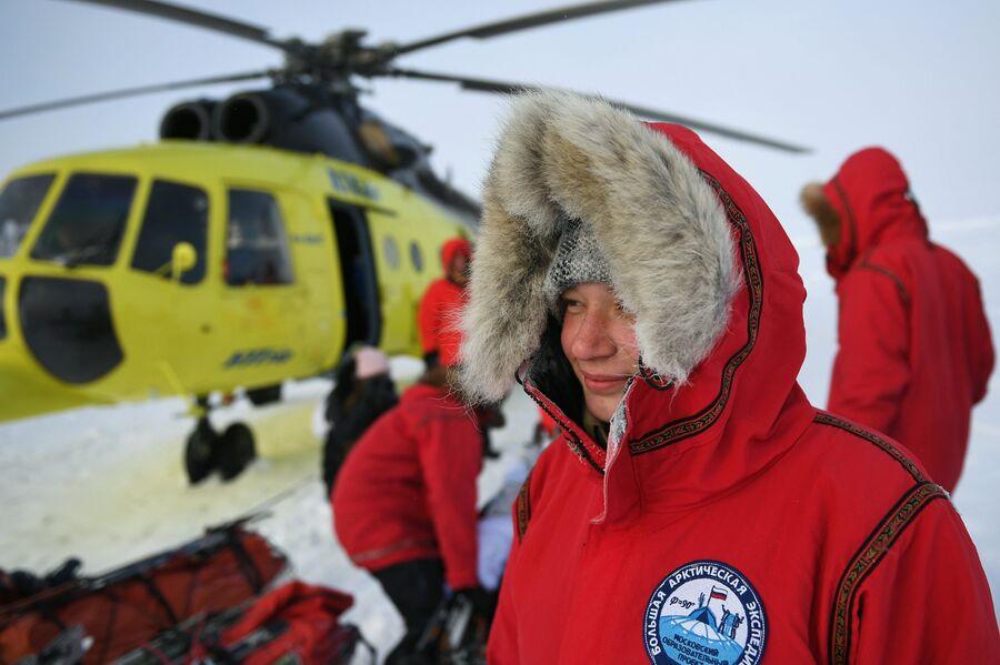 Участница 10-й Большой арктической экспедиции под руководством полярника Матвея Шпаро на Северном полюсе
